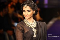 Sonam-Kapoor-in-rajasthani-style-maang-tikka-for-IIJW-2012