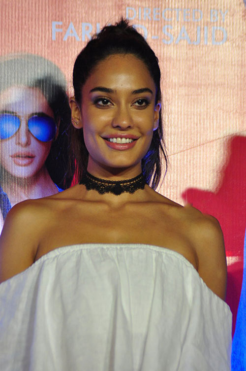 Lisa Haydon in choker