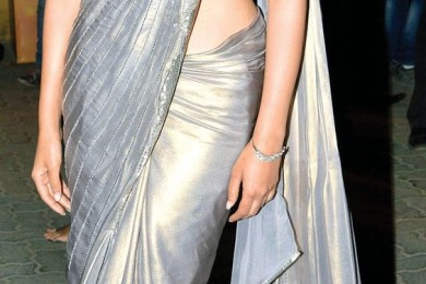Plain saree with knotted palla