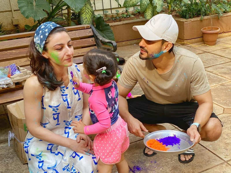 Holi wishes from Bollywood
